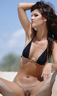 Lola Adorable Brunette Loves Tropical Beach